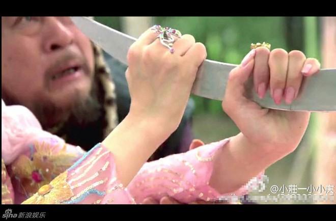 Sạn ngớ ngẩn trong phim Hoa ngữ: Đồ vật hiện đại xuyên không về thời xưa, diễn viên quần chúng bất chấp phá hoại cảnh quay - ảnh 13