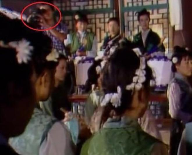 Sạn ngớ ngẩn trong phim Hoa ngữ: Đồ vật hiện đại xuyên không về thời xưa, diễn viên quần chúng bất chấp phá hoại cảnh quay - ảnh 17