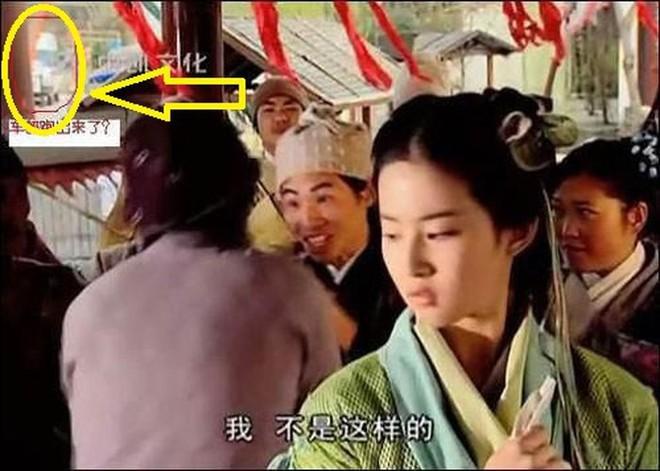 Sạn ngớ ngẩn trong phim Hoa ngữ: Đồ vật hiện đại xuyên không về thời xưa, diễn viên quần chúng bất chấp phá hoại cảnh quay - ảnh 5