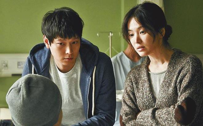 """Kang Dong Won: Cực phẩm mỹ nam và """"nghi án"""" thương thầm trộm nhớ Song Hye Kyo nhưng phải rút lui vì Song Joong Ki xuất hiện"""