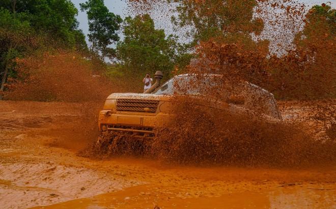 Dàn Land Rover độ ống thở của ông Đặng Lê Nguyên Vũ đầm bùn và vượt dốc tại Đồng Mô