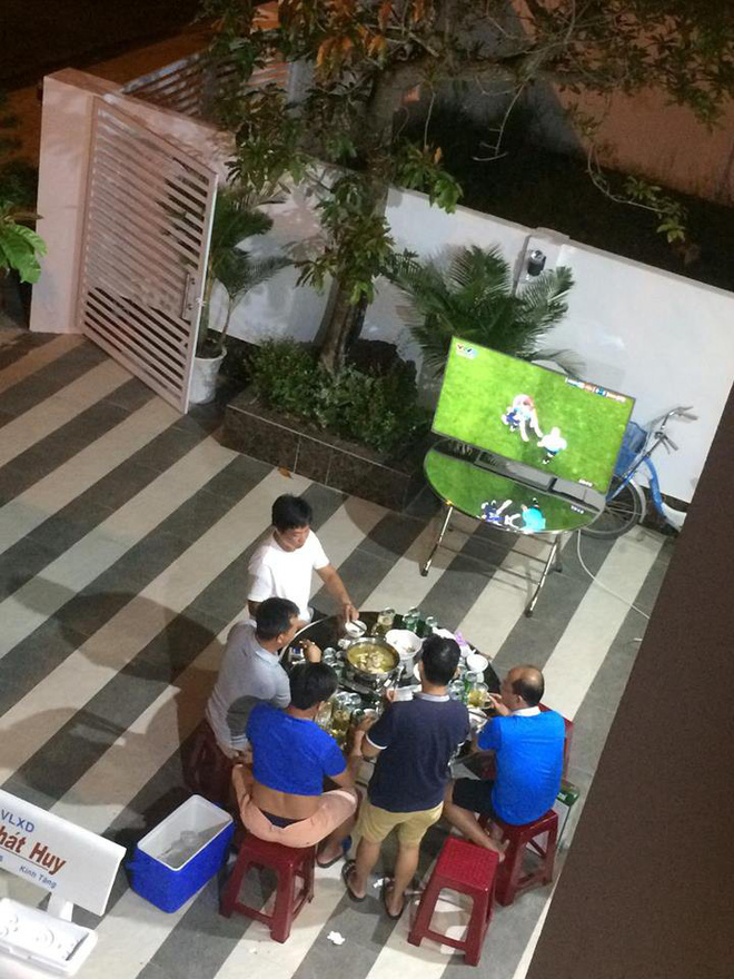 Bị vợ đuổi khỏi nhà vì gọi hàng xóm đến xem World Cup, ông bố vác tivi ra sân tiếp tục cuộc vui - Ảnh 1.