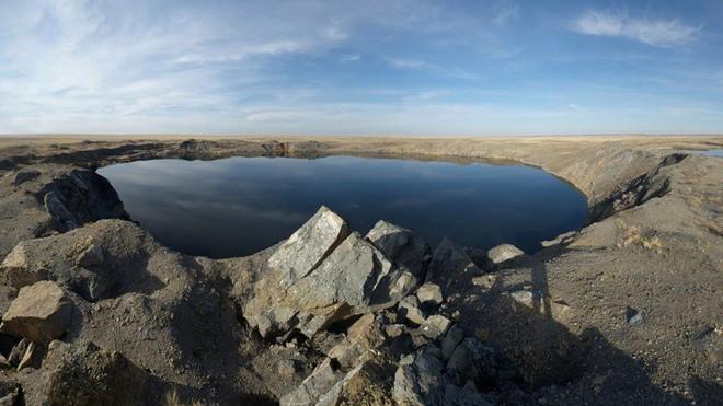 Hố nước tạo ra từ các vụ nổ không hề có sinh vật sống. Hố rộng nhất có đường kính 500m, sâu 80m. Nguồn: Gizmodo