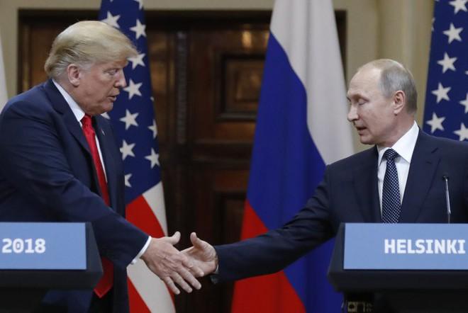 [CẬP NHẬT] TT Putin tặng ông Trump trái bóng WC 2018, nghị sĩ Mỹ cảnh báo không đem vào Nhà Trắng - Ảnh 1.