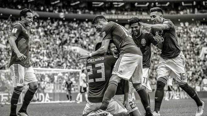 Messi, Ronaldo, Neymar, Mbappe, Pogba trong ảnh đen trắng khó quên ở World Cup - Ảnh 2.