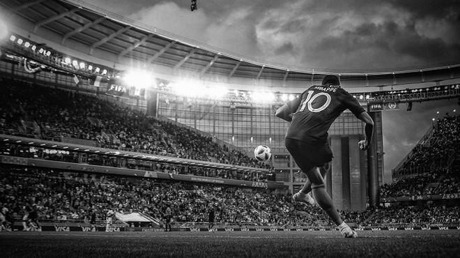 Messi, Ronaldo, Neymar, Mbappe, Pogba trong ảnh đen trắng khó quên ở World Cup - Ảnh 3.