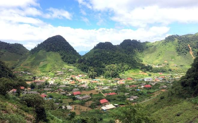 Bản Tà Dê nhìn từ trên đỉnh núi cao. Ảnh: H A.