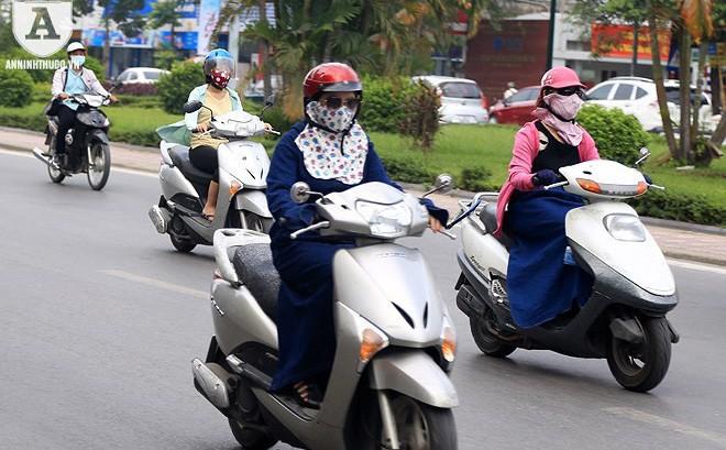 [ẢNH] Nắng nóng kéo dài, lại lo nguy cơ tai nạn giao thông cho những 'ninja' đi xe máy