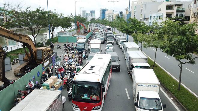 Đại lộ Võ Văn Kiệt sụt lún, giao thông bị phong tỏa nhiều giờ - Ảnh 1.