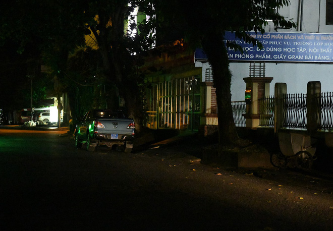 Nhiều cảnh sát cơ động đến Sở GD&ĐT Hà Giang lúc đêm khuya - Ảnh 6.