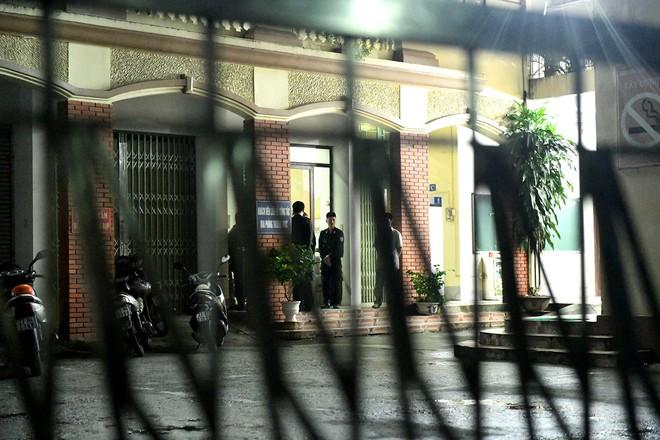 Nhiều cảnh sát cơ động đến Sở GD&ĐT Hà Giang lúc đêm khuya - Ảnh 4.