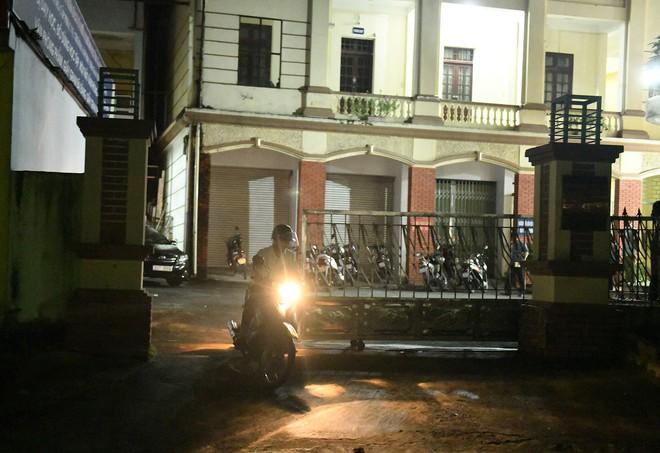 Nhiều cảnh sát cơ động đến Sở GD&ĐT Hà Giang lúc đêm khuya - Ảnh 7.