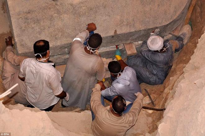 Mở quan tài đen bí ẩn nặng gần 30 tấn, Ai Cập thu được kết quả bất ngờ - Ảnh 1.