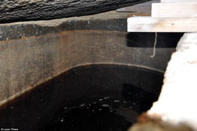 Mở quan tài đen bí ẩn nặng gần 30 tấn, Ai Cập thu được kết quả bất ngờ - Ảnh 3.