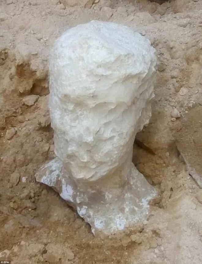 Mở quan tài đen bí ẩn nặng gần 30 tấn, Ai Cập thu được kết quả bất ngờ - Ảnh 4.