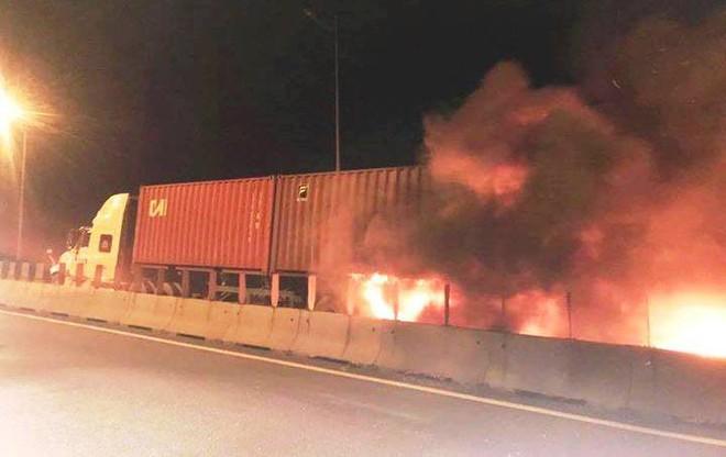 Lời kể tài xế chứng kiến vụ tai nạn kinh hoàng trên cao tốc khiến 2 người chết tại chỗ  - Ảnh 2.