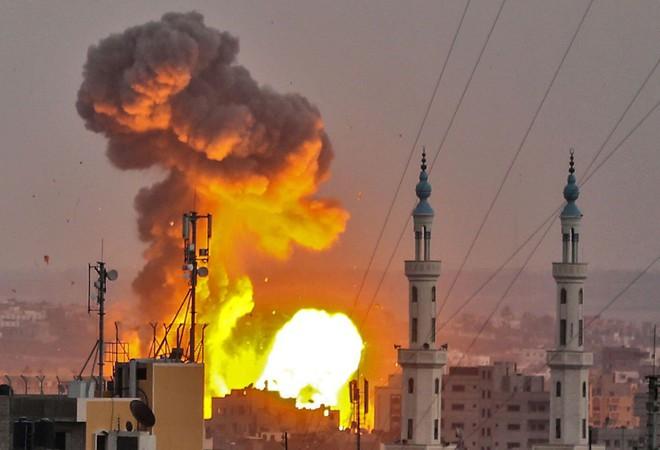 Israel ồ ạt nã tên lửa tấn công 60 mục tiêu Hamas, cuộc chiến Gaza lần thứ 4 cận kề - Ảnh 1.