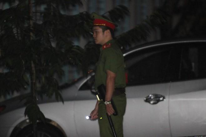 Cảnh sát bảo vệ nhiều tầng lớp trong đêm thứ 2 kiểm tra điểm thi bất thường ở Sơn La - Ảnh 3.