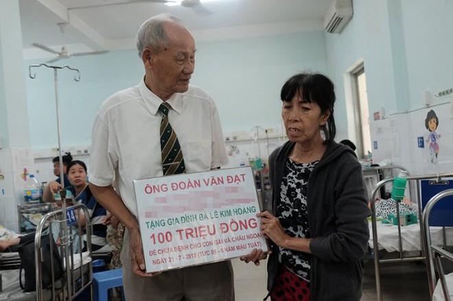Cụ ông vượt hàng nghìn km vào TP.HCM trao 100 triệu đồng cho bé trai bị mẹ đâm thủng ruột - Ảnh 1.
