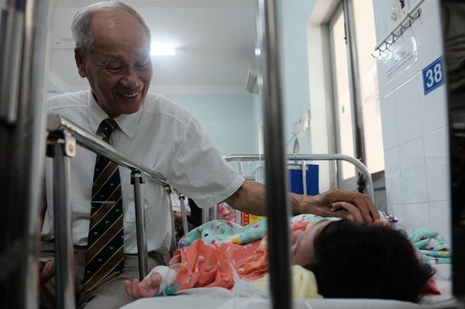 Cụ ông vượt hàng nghìn km vào TP.HCM trao 100 triệu đồng cho bé trai bị mẹ đâm thủng ruột - Ảnh 2.