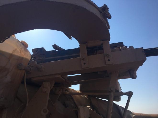 Phiến quân Syria độ chế trọng liên điều khiển từ xa cho xe tăng T-55 - Ảnh 1.