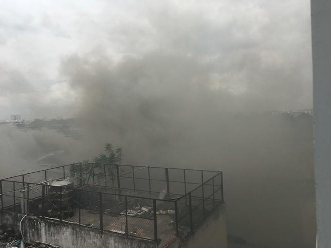 Hiện trường vụ cháy kho xưởng, khói đen bao phủ một vùng ở Sài Gòn - Ảnh 10.