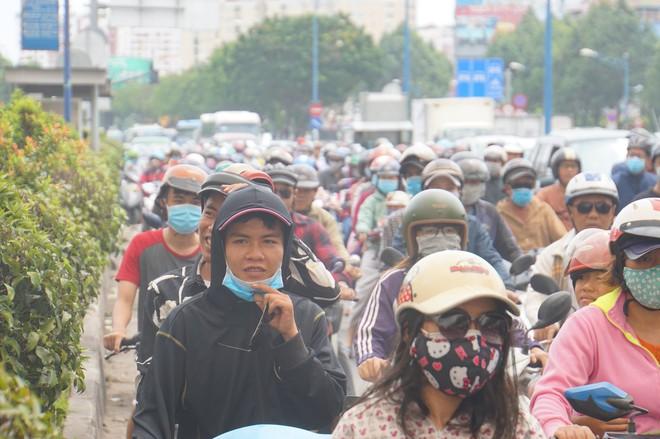 Hiện trường vụ cháy kho xưởng, khói đen bao phủ một vùng ở Sài Gòn - Ảnh 13.