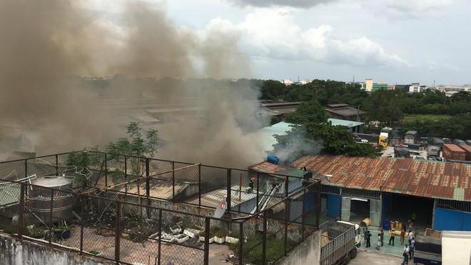 Hiện trường vụ cháy kho xưởng, khói đen bao phủ một vùng ở Sài Gòn - Ảnh 11.