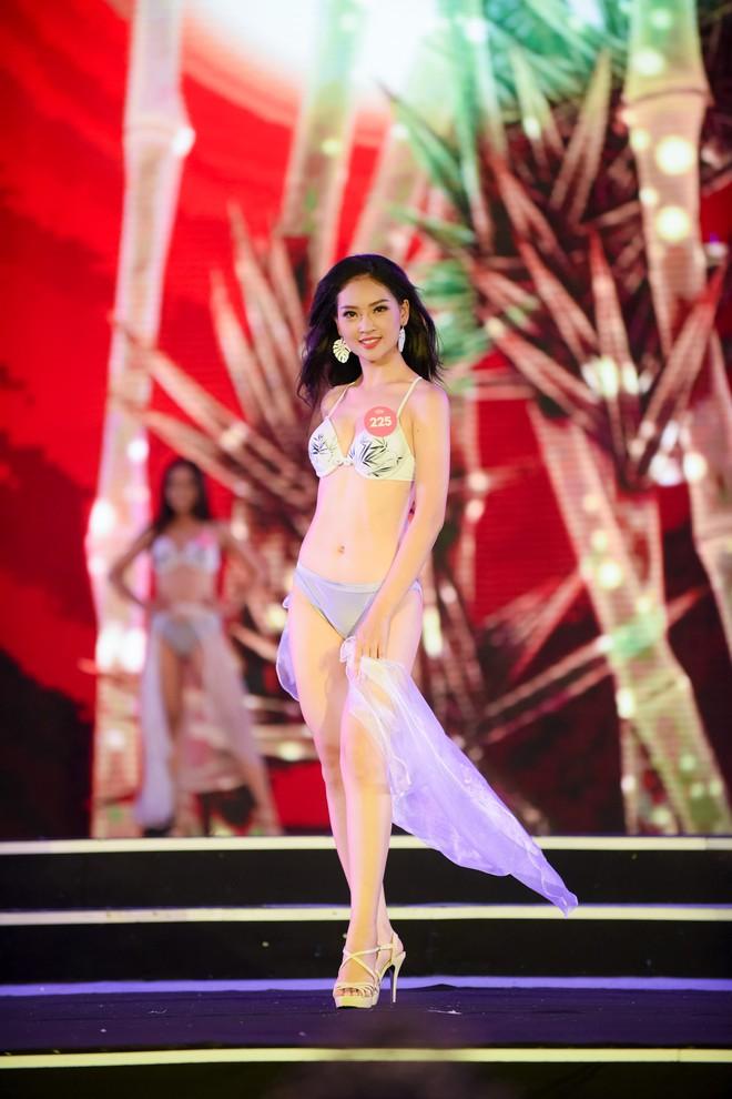 Màn diễn bikini nóng bỏng của 38 thí sinh lọt chung khảo phía Bắc Hoa hậu Việt Nam - Ảnh 19.