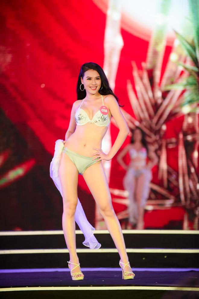 Màn diễn bikini nóng bỏng của 38 thí sinh lọt chung khảo phía Bắc Hoa hậu Việt Nam - Ảnh 14.