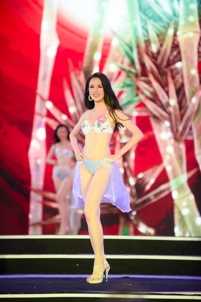 Màn diễn bikini nóng bỏng của 38 thí sinh lọt chung khảo phía Bắc Hoa hậu Việt Nam - Ảnh 13.