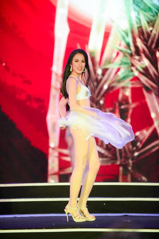 Màn diễn bikini nóng bỏng của 38 thí sinh lọt chung khảo phía Bắc Hoa hậu Việt Nam - Ảnh 12.