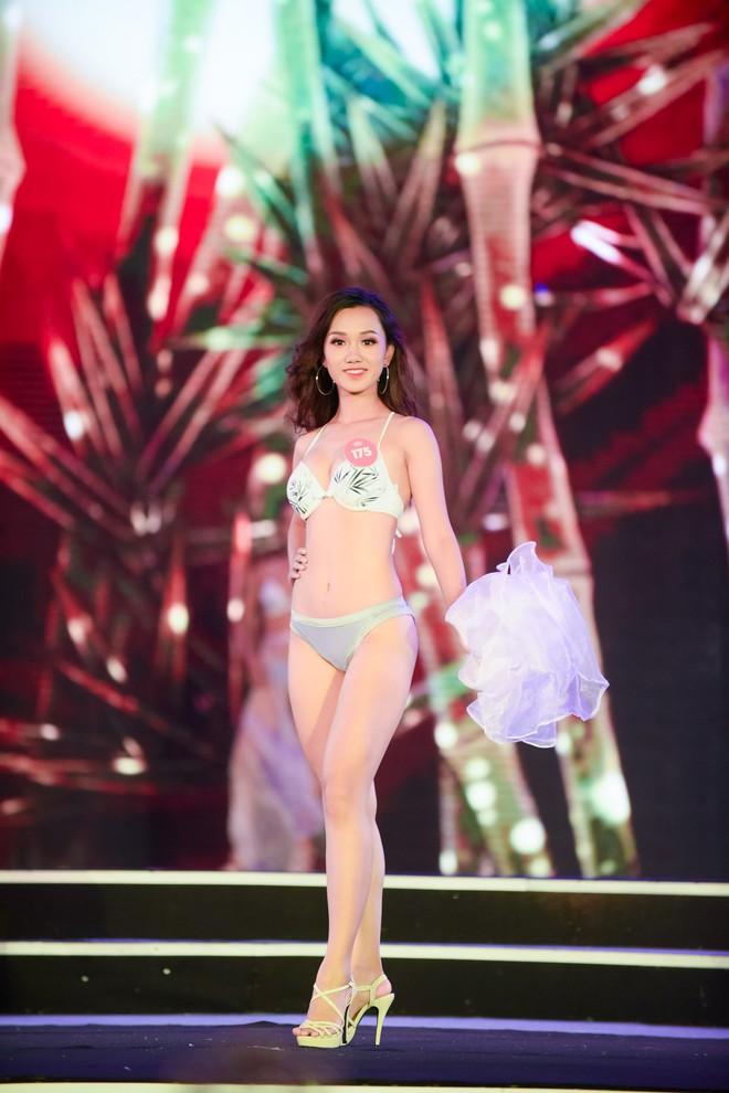 Màn diễn bikini nóng bỏng của 38 thí sinh lọt chung khảo phía Bắc Hoa hậu Việt Nam - Ảnh 4.