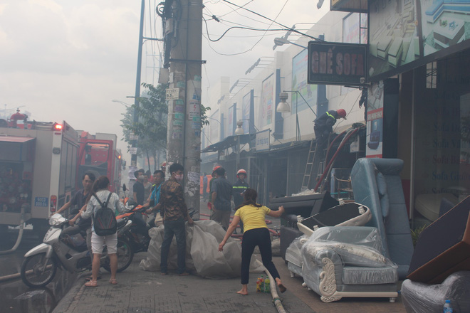 Hiện trường vụ cháy kho xưởng, khói đen bao phủ một vùng ở Sài Gòn - Ảnh 1.
