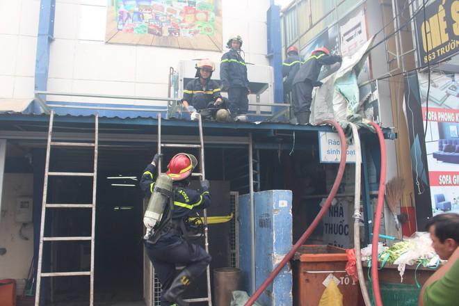 Hiện trường vụ cháy kho xưởng, khói đen bao phủ một vùng ở Sài Gòn - Ảnh 2.