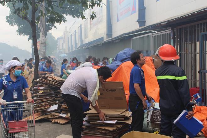 Hiện trường vụ cháy kho xưởng, khói đen bao phủ một vùng ở Sài Gòn - Ảnh 3.