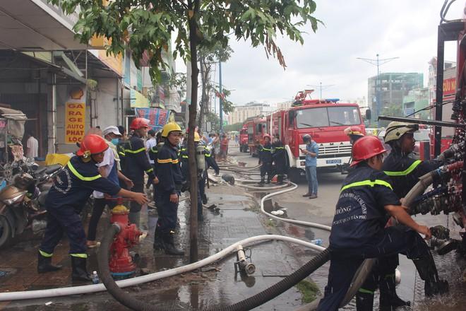 Hiện trường vụ cháy kho xưởng, khói đen bao phủ một vùng ở Sài Gòn - Ảnh 4.
