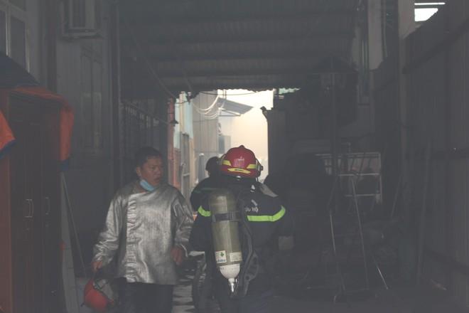 Hiện trường vụ cháy kho xưởng, khói đen bao phủ một vùng ở Sài Gòn - Ảnh 5.