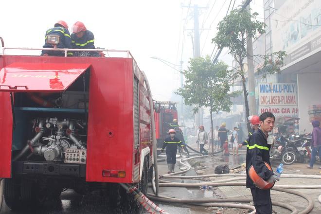 Hiện trường vụ cháy kho xưởng, khói đen bao phủ một vùng ở Sài Gòn - Ảnh 6.