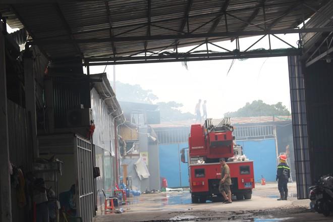 Hiện trường vụ cháy kho xưởng, khói đen bao phủ một vùng ở Sài Gòn - Ảnh 7.