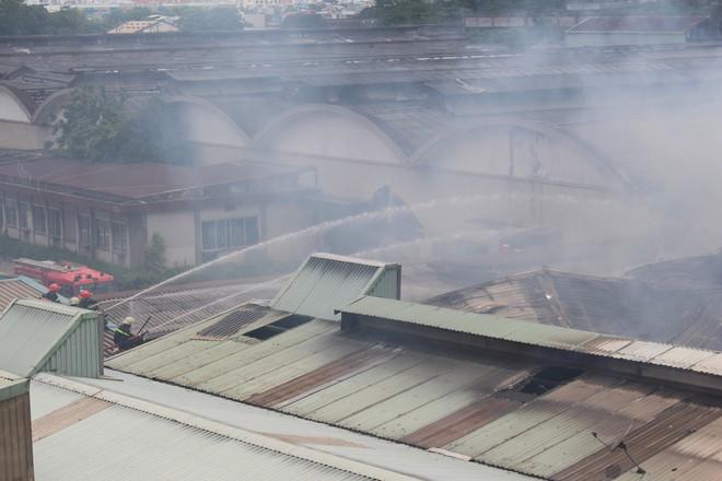 Hiện trường vụ cháy kho xưởng, khói đen bao phủ một vùng ở Sài Gòn - Ảnh 8.