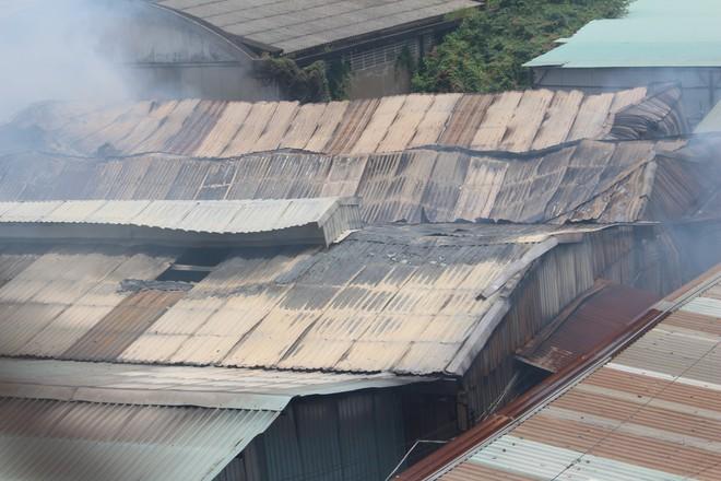 Hiện trường vụ cháy kho xưởng, khói đen bao phủ một vùng ở Sài Gòn - Ảnh 9.