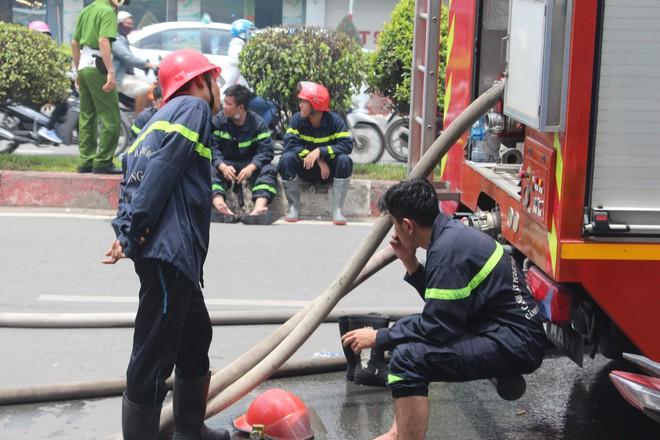 Hiện trường vụ cháy kho xưởng, khói đen bao phủ một vùng ở Sài Gòn - Ảnh 12.