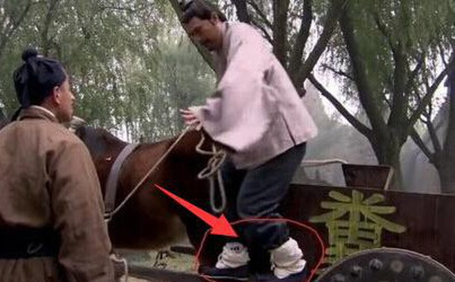 Sạn hài hước trong phim Hoa ngữ: Thời Tam Quốc có ô tô, người cổ đại đi giày Tây
