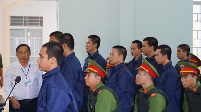 10 bị cáo gây rối ở Tuy Phong lãnh tổng cộng 27 năm tù - Ảnh 1.