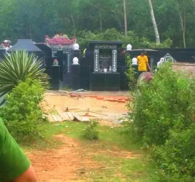 Hiện trường thảm án kinh hoàng 3 người tử vong nghi bị sát hại trong nghĩa địa ở Bình Định - Ảnh 1.
