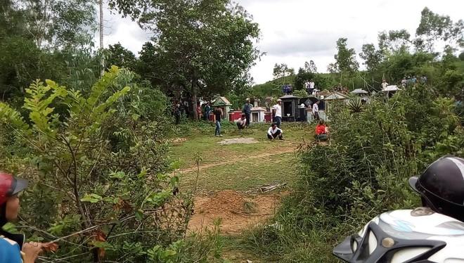 Hiện trường thảm án kinh hoàng 3 người tử vong nghi bị sát hại trong nghĩa địa ở Bình Định - Ảnh 5.