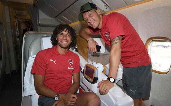 Ozil rạng rỡ trong chuyến du đấu cùng Arsenal sau khi từ giã ĐT Đức