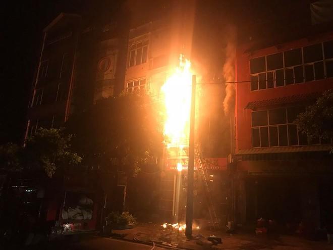 Quán massage 5 tầng ở Hà Nội bốc cháy ngùn ngụt 1