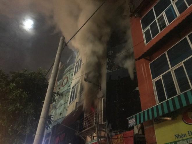 Quán massage 5 tầng ở Hà Nội bốc cháy ngùn ngụt 3